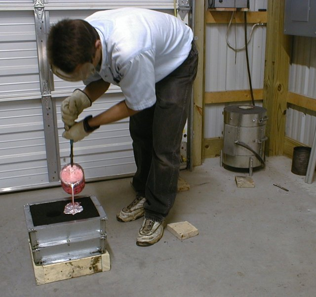 00-Pouring_a_sand_casting